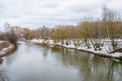 Rysk flod för vinter i solig dag Arkivfoto