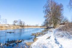Rysk flod för vinter i solig dag Arkivbild