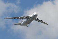 Rysk fluga för flygvapen An-124 Ruslan över röd fyrkant Fotografering för Bildbyråer