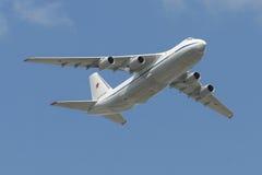 Rysk fluga för flygvapen An-124 Ruslan över röd fyrkant Royaltyfri Bild