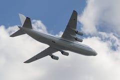 Rysk fluga för flygvapen An-124 Ruslan över röd fyrkant Royaltyfri Foto