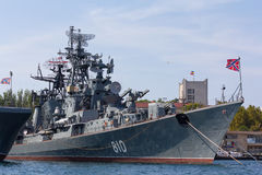 Rysk fregatt som är smart i Sevastopol arkivbilder