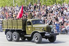 Rysk gammal militär transport på ståta på årlig seger D Royaltyfria Foton