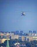 Rysk helikopter för president` s i luften över MoskvaKreml till Arkivfoton