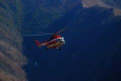 Rysk helikopter i de Altai bergen Arkivbilder