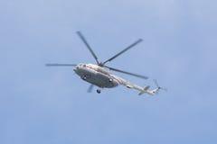 Rysk helikopter Mi-8 MTV-1 i flykten, i färgerna av det ryska nödlägedepartementet Arkivbilder
