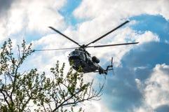 Rysk helikopter MI-171 mycket lågt över Moskva Arkivfoto