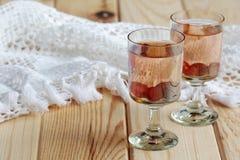 Rysk hemlagad starksprit med vodka och tranbäret arkivbilder