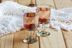 Rysk hemlagad starksprit med vodka och tranbäret arkivbild