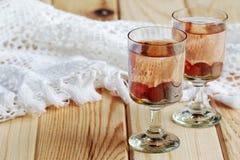Rysk hemlagad starksprit med vodka och tranb?ret fotografering för bildbyråer