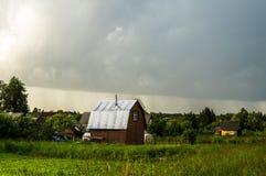 Rysk by i ett landskap (den Kaluga regionen, centrala Ryssland) Arkivfoto