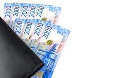 Rysk kassa Sedlar i tvåtusen rubel Svart manplånbok betalning royaltyfri foto