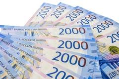 Rysk kassa Valörer av 2000 rubel låg på en vit bakgrund arkivfoton