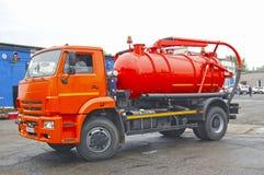 Rysk kloak, septiska lastbilar och industriella bilar royaltyfri fotografi