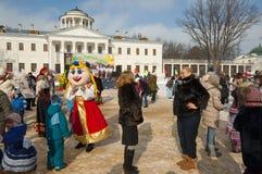 Rysk klosterbroder- och folkferie Maslenitsa royaltyfri foto