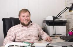 Rysk kontorsarbetare Ung man med skägget och mustaschen Arkivfoton