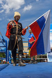 Rysk kosack med den ryska flaggan Royaltyfri Foto