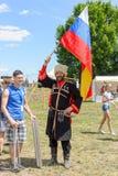 Rysk kosack med den ryska flaggan Royaltyfria Foton