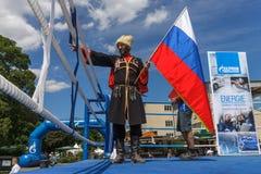 Rysk kosack med den ryska flaggan Royaltyfria Bilder
