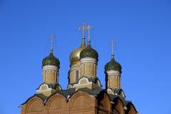 Rysk kupol för ortodox kyrka med det guld- korset Royaltyfri Foto