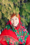 Rysk kvinna i en folk sjal Royaltyfri Fotografi