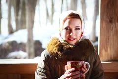 Rysk kvinna i en halsduk Arkivbilder