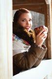 Rysk kvinna i en halsduk och ett lag Fotografering för Bildbyråer