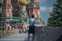 Rysk kvinnlig polis framme av helgonet Basil& x27; s-domkyrka arkivfoto