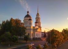 Rysk kyrka i strålarna av en storartad solnedgång royaltyfri foto