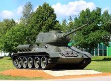 Rysk legendarisk behållare t-34 på sockel arkivbild
