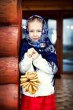 Rysk liten flicka i en blå sjal på farstubron av huset Arkivfoton