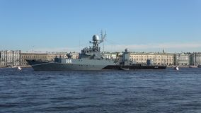 Rysk liten Urengoy för anti--ubåt skepp` ` på floden Neva på en solig eftermiddag st för domkyrkacupolaisaac petersburg russia s  arkivfilmer