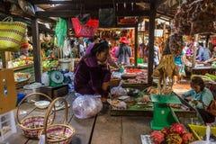Rysk marknad i Phom Penh, Cambodja arkivbild