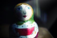 Rysk matryoshka med den ljusa fläcken, begrepp av tradition Ryssland Fotografering för Bildbyråer