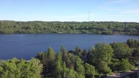Rysk by med trähus Svir flod och gröna skogar för sommar av den Leningrad regionen, Ryssland lager videofilmer