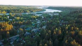 Rysk by med trähus Svir flod och gröna skogar för sommar av den Leningrad regionen, Ryssland stock video
