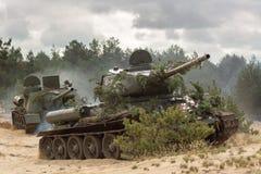 Rysk militär behållare T34 på slagfält arkivbild