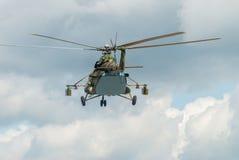 Rysk militär helikopter MI-8 i den molniga himlen Arkivbild