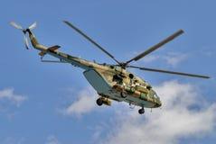 Rysk militär helikopter MI-8 i den molniga himlen Arkivfoton