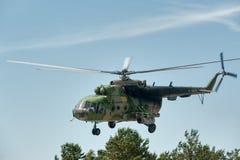 Rysk militär helikopter MI-8 på liten höjd Royaltyfri Fotografi