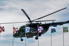 Rysk militär helikopter MI-8 på liten höjd Fotografering för Bildbyråer