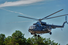 Rysk militär helikopter MI-8 på liten höjd Arkivbild