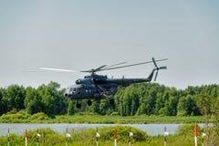 Rysk militär helikopter MI-8 på liten höjd Arkivbilder