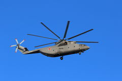 Rysk militär tung helikopter för transport Mi-26 på backgroen Royaltyfri Foto