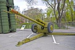 Rysk militär utrustningnärbild I staden Fredtid Artillerivapenhaubits Royaltyfri Fotografi
