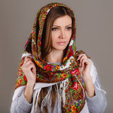 Rysk nationell traditionell halsduk på ditt huvud Royaltyfri Fotografi