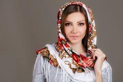 Rysk nationell traditionell halsduk på ditt huvud royaltyfria bilder