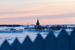 Rysk nordlig by, vitt hav i vinter Royaltyfri Fotografi
