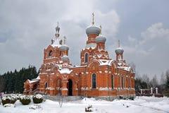 Rysk ortodox kristen kyrka som täckas med snö arkivfoton