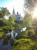 Rysk ortodox kyrka i den Yaroslavl regionen foto som tas på folkhop Royaltyfria Foton